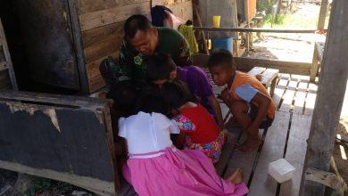 Anggota Satgas TMMD Kodim 0317/TBK, Serda Mujahid mengajarkan anak-anak di lokasi sasaran berhitung dan menggambar